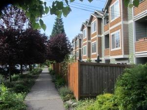"""Cada edificio se divide en numerosos """"pisos"""", aquí véis casas de tipo pareado que tienen un vecino en cada nivel."""